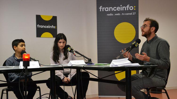 Le journaliste Antoine Krempf est spécialiste du fact-checking. Au micro, il donne ses astuces aux élèves pour vérifier une photo, une info qui circule sur les réseaux sociaux et sur Internet. (ESTELLE FAURE / FRANCEINFO - RADIOFRANCE)
