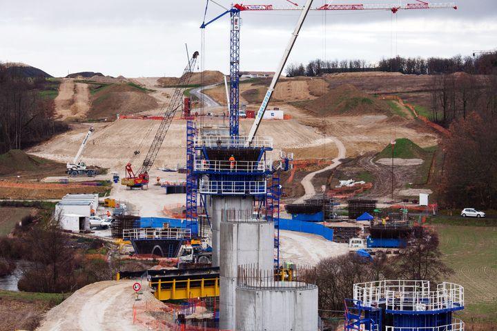 Les travaux du premier pont bâti pour la nouvelle ligne LGV entre Tours et Bordeaux, le 4 février 2013 à Roullet-Saint-Estèphe (Charente). (PIERRE DUFFOUR / AFP)