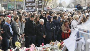 Place de la République àParis lundi 16 novembre à midi, de nombreuses personnes se sont réunies pour rendre hommage aux victimes des attentats de Paris et de Saint-Denis vendredi. (MAXPPP)