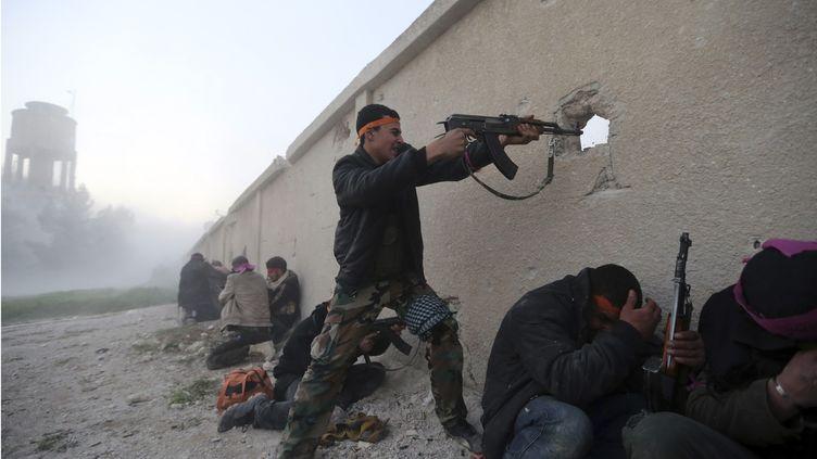 Les rebelles de l'Armée syrienne libre attaquent une base de l'armée syrienne près de Damas, le3 février 2013. (GORAN TOMASEVIC / REUTERS)