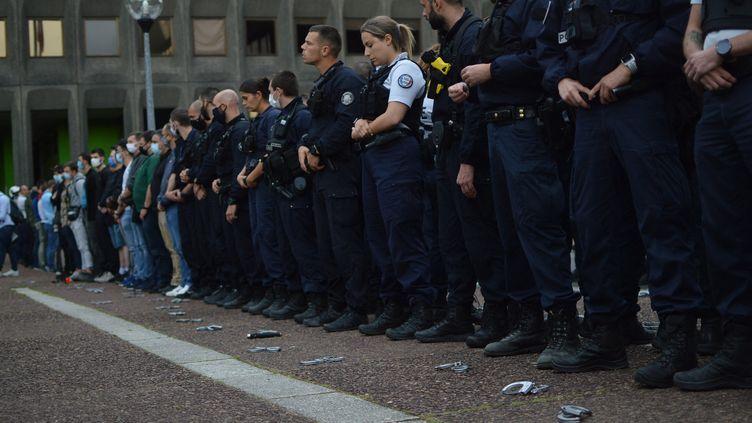 """Opération """"Menotte à terre"""" des policiers de Seine-Saint-Denis à Bobigny, jeudi 11 juin 2020. (VICTOR VASSEUR / FRANCE-INFO)"""