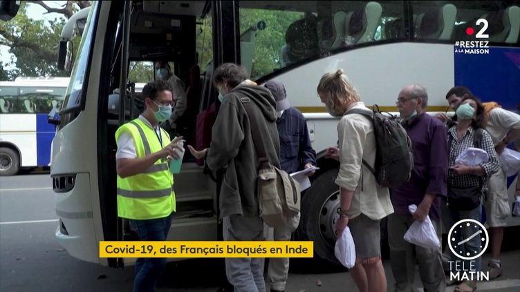 Des Français montent dans un bus direction l'aéorport de New Delhi (France 2)