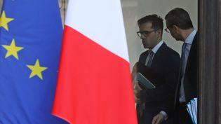 Ismaël Emelien (à gauche), quand il était conseiller spécial d'Emmanuel Macron, avec le secrétaire général de l'Elysée, Alexis Kohler, le 17 janvier 2018 à l'Elysée à Paris. (LUDOVIC MARIN / AFP)