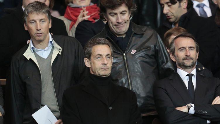 (Stéphane Courbit (à gauche) et Nicolas Sarkozy lors d'un match du PSG dans une tribune du parc des Princes © MaxPPP)