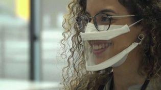 Pour limiter la propagation du virus et les contaminations, il y a le masque et notamment le masque transparent. On devrait en voir de plus en plus à l'avenir. (France 2)