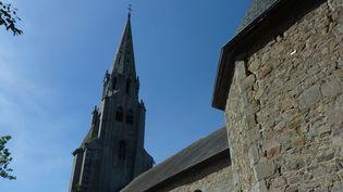 L'église de Plouagat est menacée d'effondrement. Le haut clocher de l'église Saint-Pierre, une flèche en granit érigée dans les années 1870, masque mal l'état de délabrement de l'édifice, composé d'éléments datant des XVe et XVIIIe siècles.  (PHILIPPE SCHWAB / AFP)
