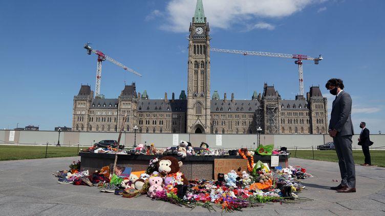 Le Premier ministre canadien, Justin Trudeau, le 1er juin 2021 à Ottawa (Canada) devant un mémorial en l'honneur des 215 enfants autochtones dont les restes ont été découverts dans un ancien pensionnat en Colombie Britannique. (DAVE CHAN / AFP)