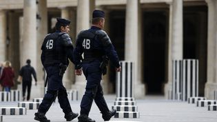Des policiers patrouillent au jardin du Palais-Royal, à Paris, le 8 septembre 2015. (FLORIAN DAVID / AFP)