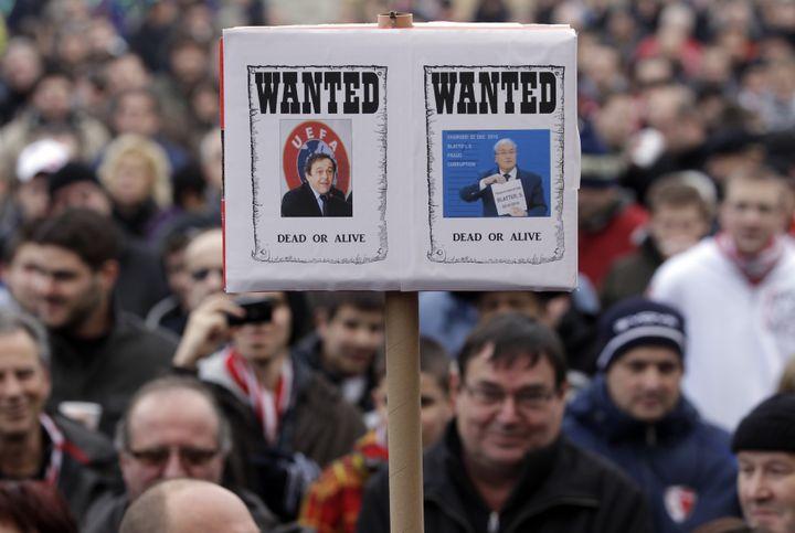 Une pancarte lors d'une manifestation de supporters du FC Sion contre la sanction de 36 points infligée à leur club, dans les rues de Sion (Suisse), le 7 janvier 2012. (DENIS BALIBOUSE / REUTERS)