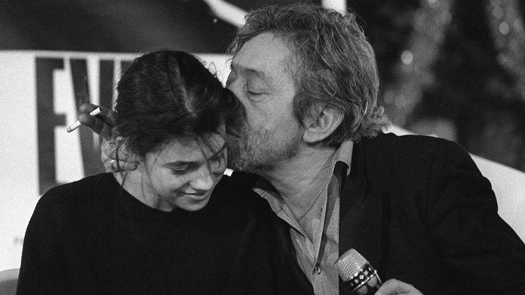 Serge et Charlotte Gainsbourg en 1986 (MICHEL GANGNE / AFP)