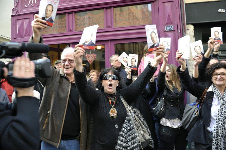 Des partisans de François Hollande lors de la visite deNicolas Sarkozy à Bayonne (Pyrénées-Atlantiques), le 1er mars 2012. (P.TOHIER / PHOTOMOBILE / AFP)