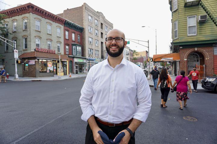 Yousef Saleh se rend dans sa circonscription,à Jersey City (New Jersey, Etats-Unis), le 26 août 2021. (MARIE-VIOLETTE BERNARD / FRANCEINFO)