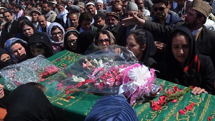 Des centaines de personnes assistent aux obsèques deFarkhunda, une femme lynchée par la foule à Kaboul (Afghanistan) après avoir été accusée d'avoir brûlé un Coran. (WAKIL KOHSAR / AFP)