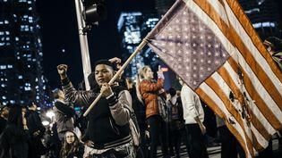 Les noirs, souvent visés par Donald Trump avec d'autres minorités, défilent contre Trump, comme cet adolescent à Chicago, dans l'Illinois, le mercredi 9 novembre. (JIM VONDRUSKA / NURPHOTO/ AFP)