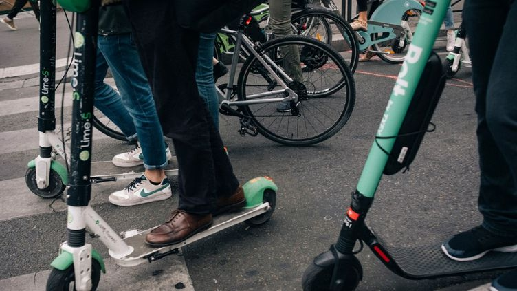 Des trottinettes se substituent aux métros qui ne circulent pas depuis le début de la grève des transports. (MATHIAS ZWICK / HANS LUCAS / AFP)