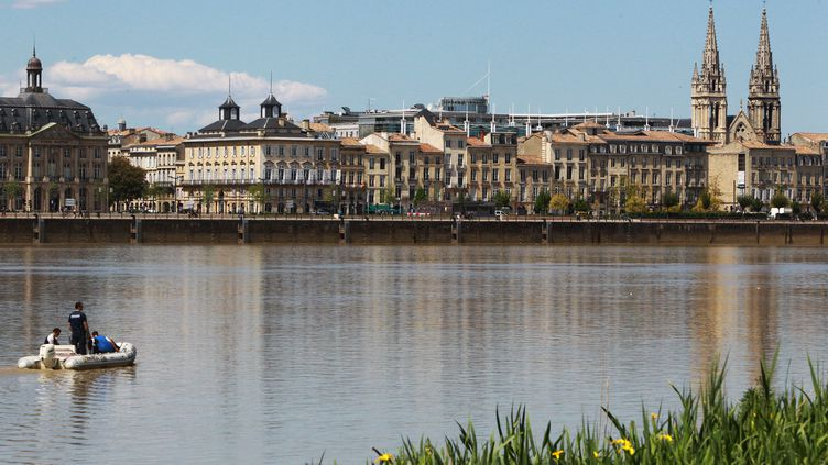 Opérations de recherche dans la Garonne pour retrouver Julien Teyssier, le 2 mai 2012. (DAVID THIERRY / SUD OUEST / MAXPPP)