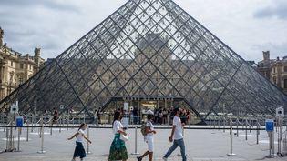 Devant le musée du Louvre à Paris, le 15 août (KAMIL ZIHNIOGLU/AP / SIPA)