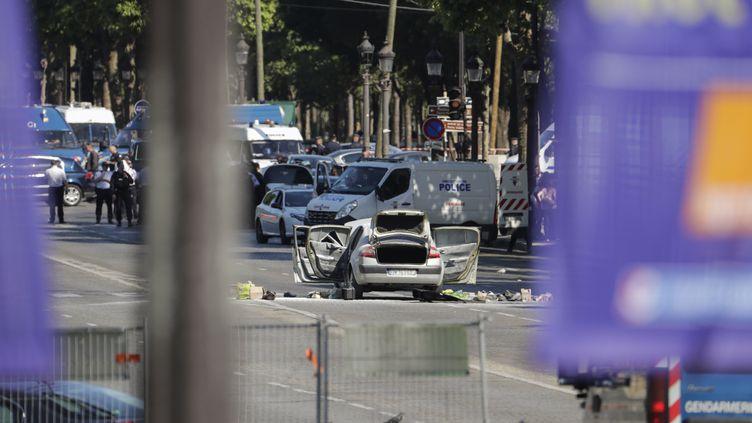 Une voiture avec toutes les portes et le coffre ouverts sur Champs-Elysées à Paris, le 19 juin 2017 (THOMAS SAMSON / AFP)