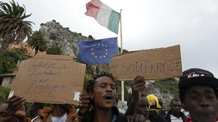 Des migrants manifestent en Italie après avoir été bloqués à la frontière franco-italienne près de Menton (Alpes-Maritimes), le 12 juin 2015. (ERIC GAILLARD / REUTERS )