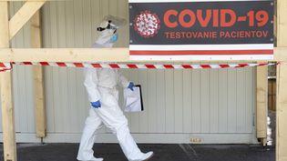 Un centre de dépistage dans un hôpital de Bratislava, en Slovaquie, le 8 avril 2020. (JOE KLAMAR / AFP)