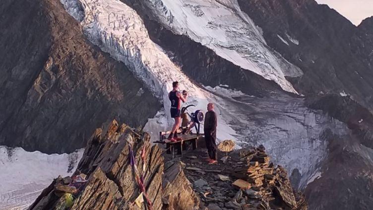 L'ancien militaire britanniqueet son rameur sur un flanc dusommet du mont Blanc. Il l'a abandonné au refugeVallot à 4 362 mètres d'altitude. (Mairie de Saint-Gervais Les Bains - DR)