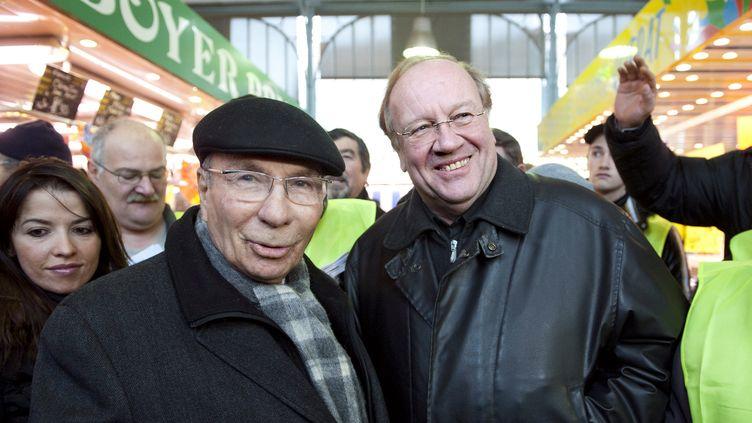 L'ancien maire de Corbeil-Essonnes (Essonne), Serge Dassault (à gauche), et Jean-Pierre Bechter, alors candidat UMP à la mairie de la ville,le 28 novembre 2010. (BERTRAND LANGLOIS / AFP)