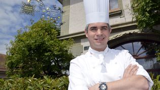 Benoît Violier, le 15 mai2012, devant le restaurant étoilé de l'Hôtel de ville de Crissier, en Suisse. (MARCEL GILLIERON / AFP)