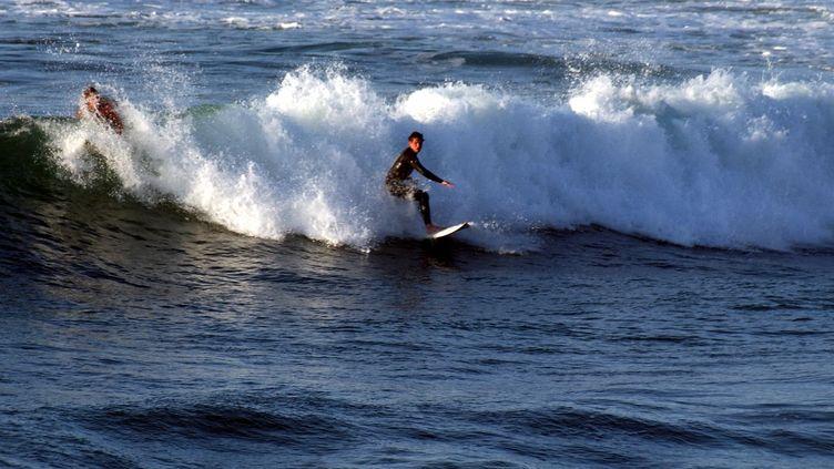 Un surfer à Biarritz - Image d'illustration. (MAXPPP)