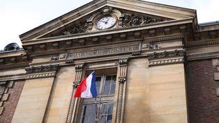 Le fronton du palais de justice des Yvelines, à Versailles, ici le 3 février 2016. (MAXPPP)