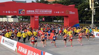 Lors du semi-marathon de Pékin, la capitale chinoise, le 24 avril 2021. (REN CHAO / XINHUA / AFP)