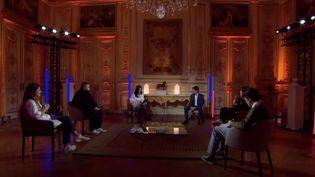 """Le porte-parole du gouvernement Gabriel Attal anime l'émission """"Sans filtre"""" depuis l'Elysée, à Paris, le 24 février 2021. (CAPTURE D'ECRAN YOUTUBE / GABRIEL ATTAL)"""