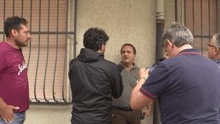 Domenico Lucano a été érigé en modèle pour avoir réussi l'accueil des migrants dans son village, ce lui est aujourd'hui reproché. (FRANCE 3)