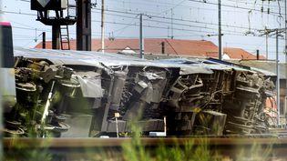 Vue du train qui a déraillé à Bretigny-sur-Orge (Essonne), le 13 juillet 2013. (  MAXPPP)