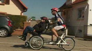 C'est une très belle histoire d'amitié entre un homme valide et un autre en fauteuil roulant depuis quelques années. Les deux amis ont décidé de participer à une course de triathlon début juillet. (FRANCE 3)