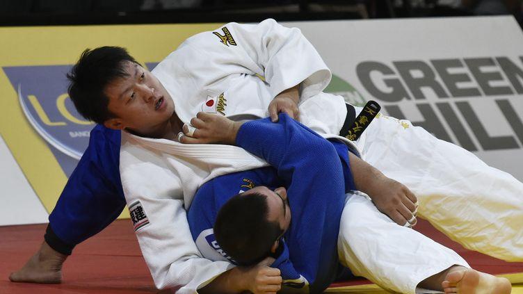 Hisayoshi Harasawa immobilise le Brésilien Favid Moura en finale du Grand Chelem de Paris, le 18 octobre 2015. (DOMINIQUE FAGET / AFP)