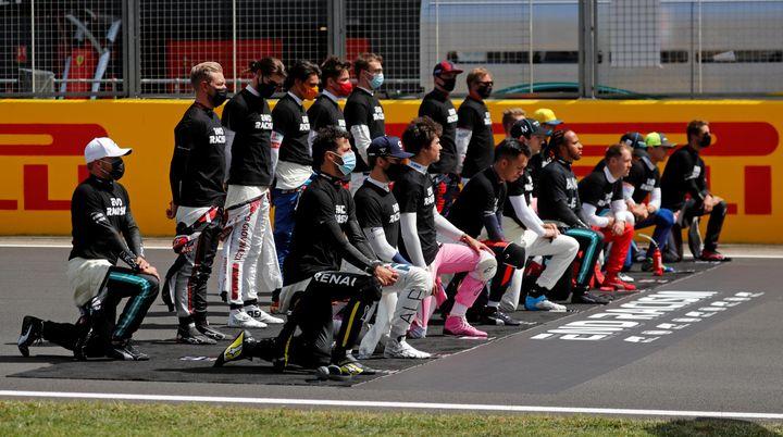 Les pilotes se sont agenouillés plusieurs fois cette saison en soutien à BLM, comme à Silverstone le 2 août (FRANK AUGSTEIN / POOL)