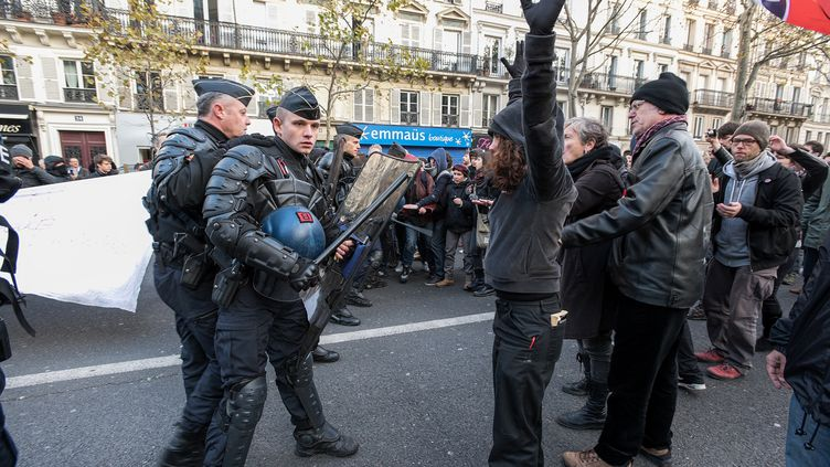 Lors d'unemanifestation en faveur de l'accueil des réfugiés, le 22 novembre 2015, place de la Bastille, à Paris. Le rassemblement avait été préalablementinterdit en raison de l'état d'urgence. (CITIZENSIDE/SERGE TENANI / AFP)