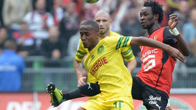 Chaker Alhadhur (Nantes) face à Jonathan Pitroipa (Rennes) (DAMIEN MEYER / AFP)