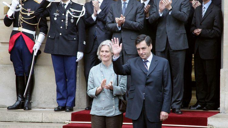 Penelope et François Fillon lors de leur arrivée à Matignon, le 17 mai 2007. (PIERRE VERDY / AFP)