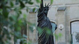 Une version réduite de la statue de la Liberté a été livrée par bateau depuis Paris. Désormais à New York (États-Unis), la réplique a été accueillie avec émotion avant de rejoindre prochainement Washington.  (CAPTURE ECRAN FRANCE 3)