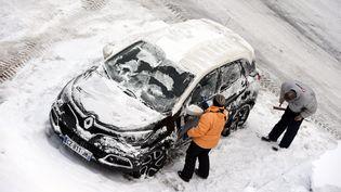 Des automobilistes gênés par la neige à Gérarmer (Vosges), le 31 janvier 2015. (  MAXPPP)