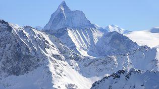 Le mont Cervin, en Suisse, culmine à 4 478 m d'altitude. (CHRISTOPHE BOISVIEUX / AFP)