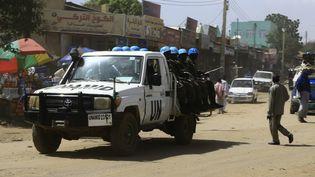 Une patrouille de Casques bleus, le 5 septembre 2016 dans les rues d'El Fasher, la capitale de l'Etat du Darfour du Nord. (ASHRAF SHAZLY / AFP)