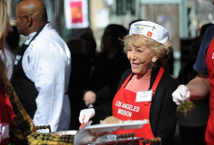 Anne Douglas en 2010 lors d'une distribution de nourriture à des personnes sans-abri, à Los Angeles. (GABRIEL BOUYS / AFP)