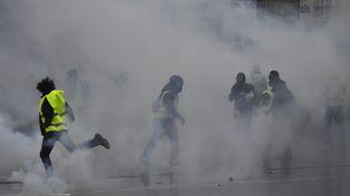 """Des gaz lacrymogènes lancés sur des """"gilets jaunes"""", le 15 décembre 20118 à Bordeaux. (GEORGES GOBET / AFP)"""