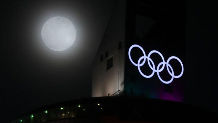 La pleine lune au-dessus du complexe de saut à ski (YONHAP / YONHAP)