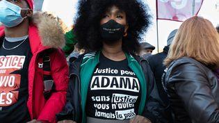 Assa Traoré, la soeur d'Adama Traoré, lors d'une manifestation le 28 novembre 2020. (GEORGES GONON-GUILLERMAS / HANS LUCAS)