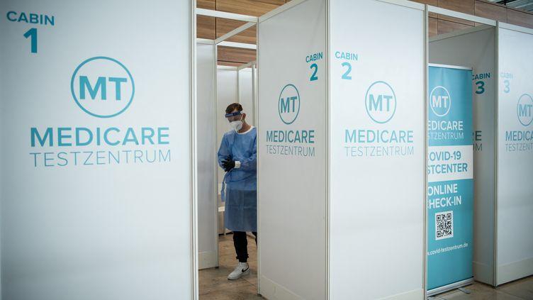 Un soignant dans un centre de vaccination contre le Covid-19 à Berlin, en Allemagne, le 28 juillet 2021. (STEFANIE LOOS / AFP)