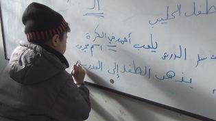 Après plusieurs années sans école, les élèves d'Alep-Est passent des tests d'écriture. (GILLES GALLINARO / RADIO FRANCE)