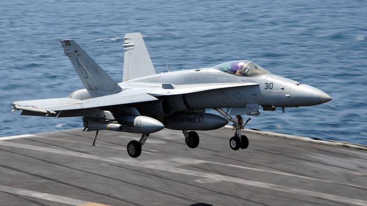 Ce chasseur bombardier américains F18 a largué vendredi 8 août 2014 des bombes de 250 kilos sur une pièce d'artillerie mobile de l'Etat islamique en Irak. (JOSHUA CARD / US NAVY / AFP)